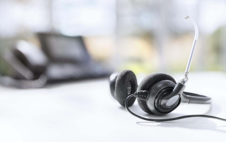 headset-headphones-telephone-on-desk-in-call-center.jpg